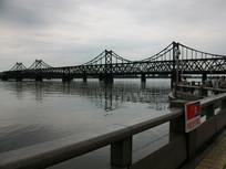 岸上看鸭绿江大桥