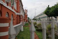 白栅栏前的楼群