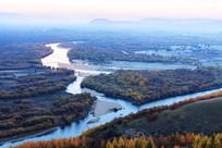 额尔古纳河秋季白雾远山