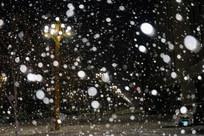 风雪中的路灯