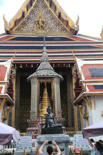 佛像与精美的寺庙
