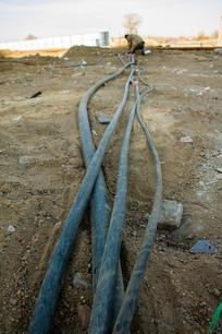 工地地上的电缆线