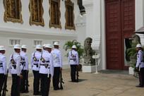 皇宫大门前列队的士兵
