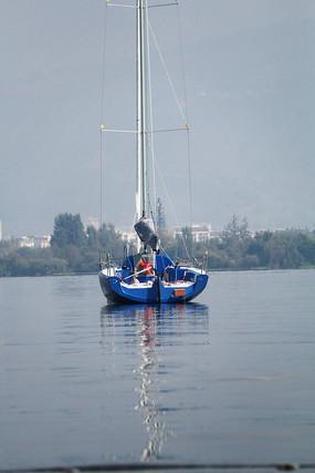 湖中的蓝色帆船