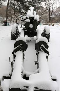积雪覆盖的大炮