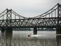 快艇飞过鸭绿江大桥