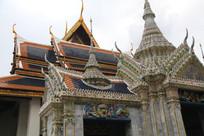蓝色琉璃瓦屋顶的寺庙