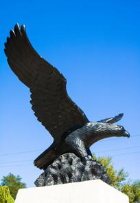 蓝天下的大鹏展翅雕塑