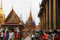 密集的游人与金色的寺庙