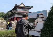 南京古城墙上画画的老人