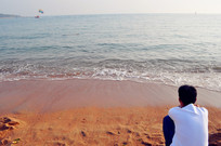 沙滩上的男孩