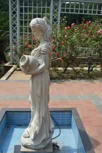 手持陶瓷的少女雕塑