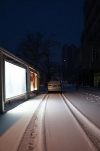 宣传广告栏与地上白雪