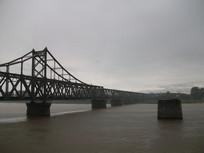阴天的鸭绿江大桥