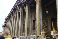 有精美雕花的寺庙高柱