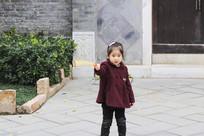 指向远方的小女孩