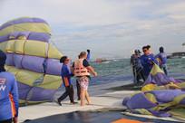 安装滑翔伞的工作人员