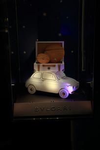 白色老爷车模型与项链展示