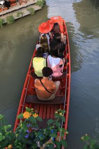 俯视穿过河面的小船