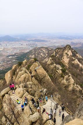 俯瞰悬崖峭壁