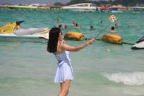 海边玩自拍的美女