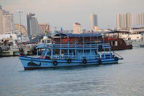 海上蓝色的渡轮