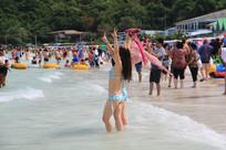 海滩上拍照的比基尼美女