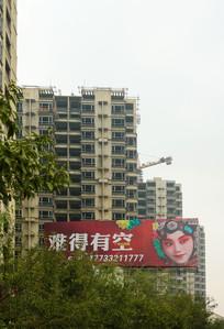 建筑高楼与广告牌