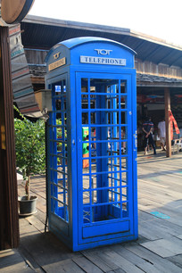 蓝色电话亭与木屋