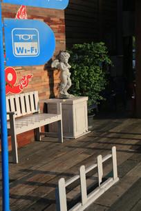 蓝色路牌前的丘比特石像