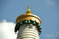 蓝天下的大白塔顶