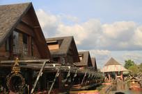 排列整齐的尖角木屋