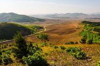 群山环绕的农田与小山村