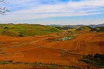 山坳中的农田春种