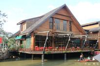 水上的尖角木屋