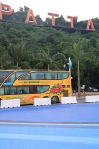 贴着漂亮广告画的旅游大巴车