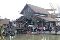 小木桥与泰式风格的木屋