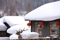 雪蘑菇红灯笼民居积雪