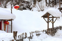 雪乡木栅栏门楼积雪