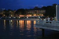 夜晚海边的洋楼