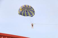 正在玩滑翔伞的人
