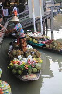 坐在船上卖水果的商贩