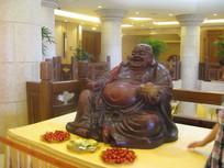案桌上的弥勒木刻佛像