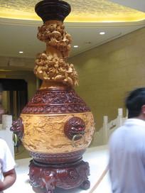 雕满各种装饰图案的颈瓶