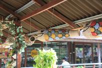 挂着竹编鱼装饰的长廊