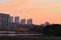 红霞与高楼大厦