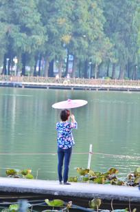 湖边撑油伞的美女背影