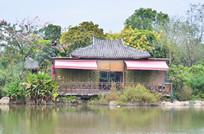湖边的花园古建筑图片