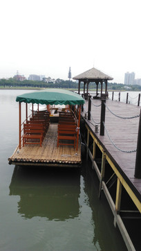 湖边的游船