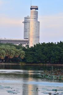 湖边的圆形大楼建筑